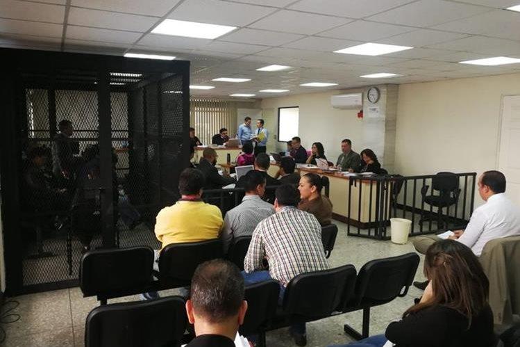 Sindicados asisten a una jornada más del juicio por la estafa de la limpieza del lago de Amatitlán. (Foto Prensa Libre: Juan Diego González)