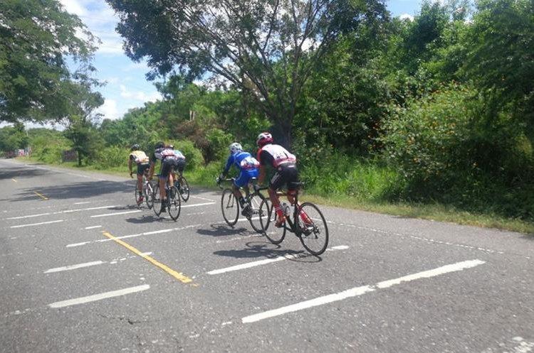 Los cinco ciclistas fugados durante la primera etapa de la Vuelta. (Foto Prensa Libre: Francisco Sánchez)