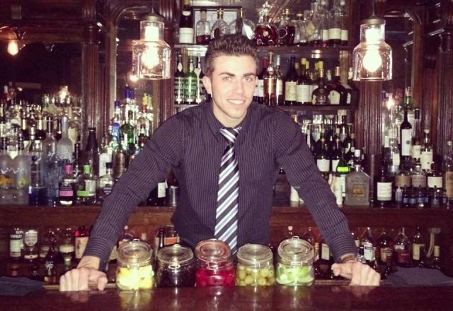 El chiquimulteco Miguel Villeda, en la barra del restaurante Kittle House, en Westchester, Nueva York, donde trabaja como mesero y bar tender. (Foto Prensa Libre: Cortesía)