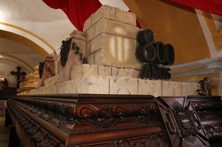 La Hermandad de La Merced trabaja en la elaboración del adorno procesional de este domingo, 23 de septiembre. (Foto Prensa Libre: Julio Sicán)