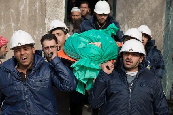 Cascos Blancos rescata a civiles de los edificios bombardeados en Siria. (Foto Prensa Libre:AP).