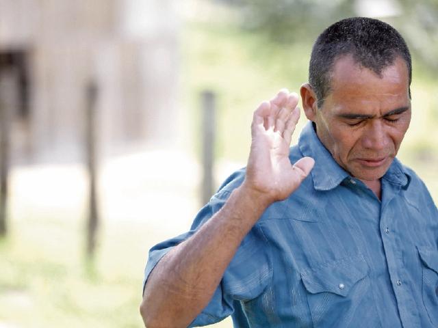 Carlos Alvarado recuerda a su  hijo Julio, quien fue ultimado  por soldados beliceños, en abril último. (Foto Prensa Libre: EFE)