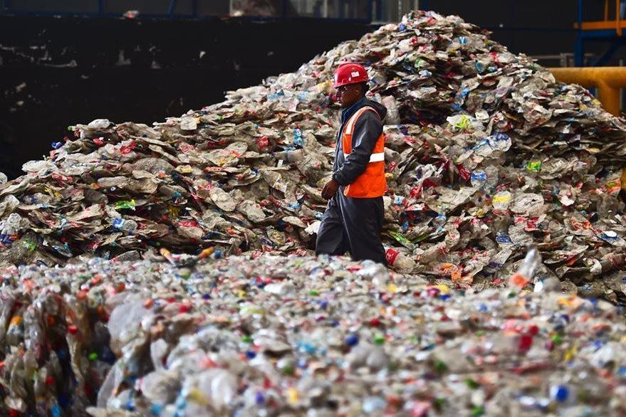 Personal trabajando en plantas de reciclaje. (Foto Prensa Libre: AFP)
