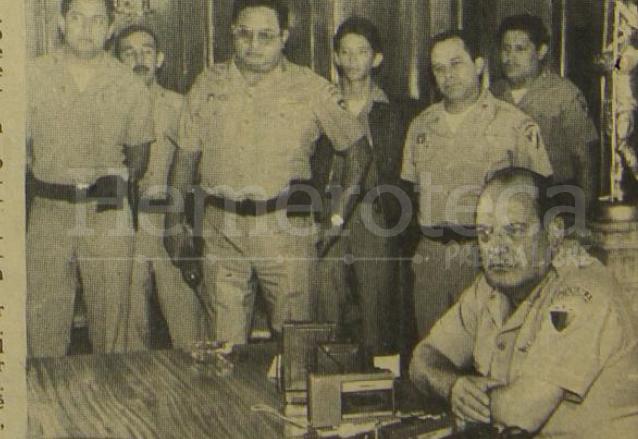 Mejía Víctores -sentado- acompañado de oficiales del Estado Mayor brindó una conferencia de prensa el día 4 de septiembre de 1985 justificando la ocupación militar de la USAC. (Foto: Hemeroteca PL)
