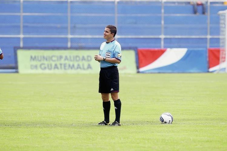 El árbitro jutiapaneco Jonathan Polanco dirigirá el partido entre Municipal y la Universidad. (Foto Prensa Libre: Hemeroteca PL)