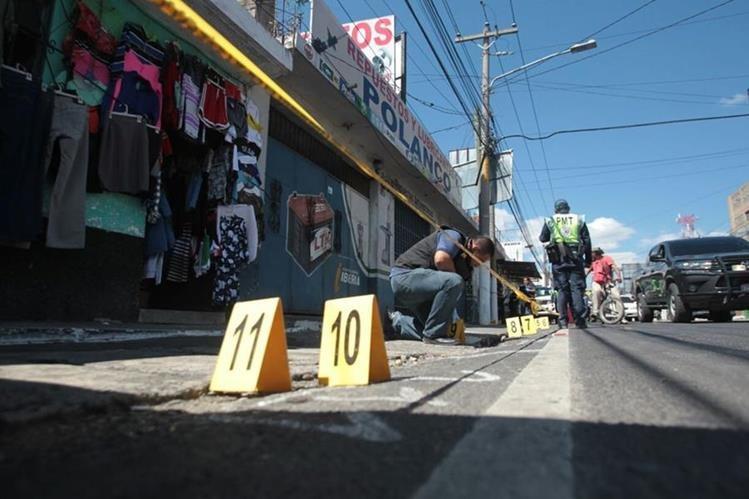 Agentes del MP revisan evidencia frente a la venta de repuestos Polanco, en la zona 1 de Villa Nueva. (Foto Prensa Libre: Erick Avila)