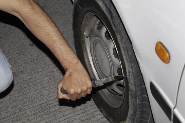 Delincuentes dañan las llantas de los vehículos de sus víctimas, según investigaciones de la PNC en Xela. (Foto Prensa Libre: María José Longo)