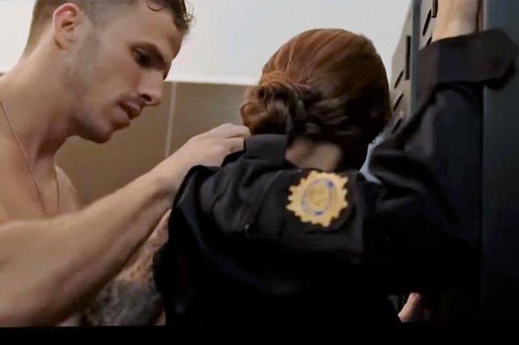 En el video se muestra al cantante cuando pretende retirarle el uniforme a una oficial de policía. (Foto Prensa Libre: YouTube)