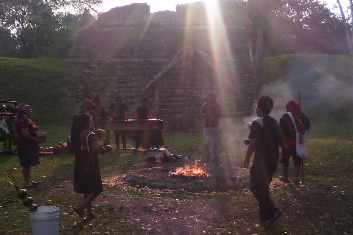 Participantes en actividades por el equinoccio de primavera encienden fogata en yacimiento arqueológico Uaxactún, en Flores, Petén. (Foto Prensa Libre: Rigoberto Escobar)