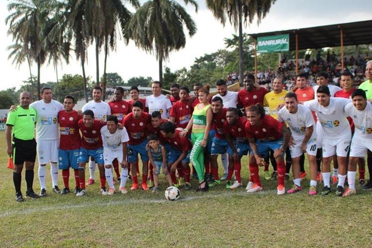 Exjugadores de cremas y rojos llevan alegría a los aficionados. (Foto Prensa Libre: Aroldo Marroquín)