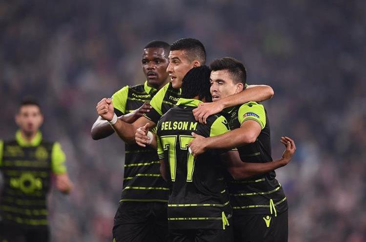 Jugadores del Sporting de Portugal celebran el empate parcial contra la Juventus de Turín. (Foto Prensa Libre: AFP).
