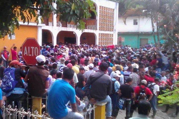 Vecinos protestan frente a la Municipalidad de Santa María Cahabón, Alta Verapaz, para expresar su rechazo a las hidroeléctricas. (Foto Prensa Libre: Ángel Tax)