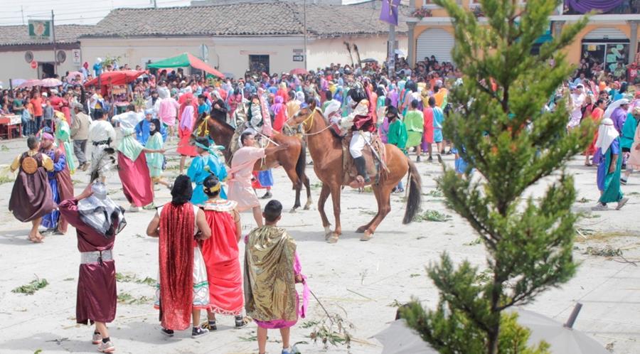 Tradicional enfrentamiento entre centuriones y judíos, en Cantel, Quetzaltenango. (Foto Prensa Libre: María José Longo)