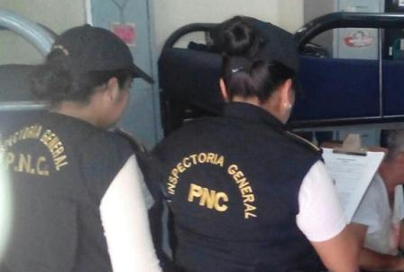Investigadores permanecen junto a la víctima. (Foto Prensa Libre: PNC).