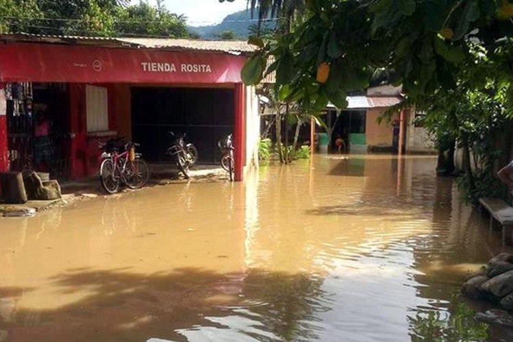 Una de las áreas inundadas en Morales, Izabal. (Foto Prensa Libre: Dony Stewart).