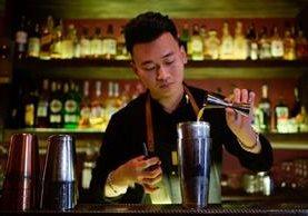 Pham Tien Tiep es un vietnamita que reta con un cóctel a un país cervecero. (Foto Prensa Libre: AFP)