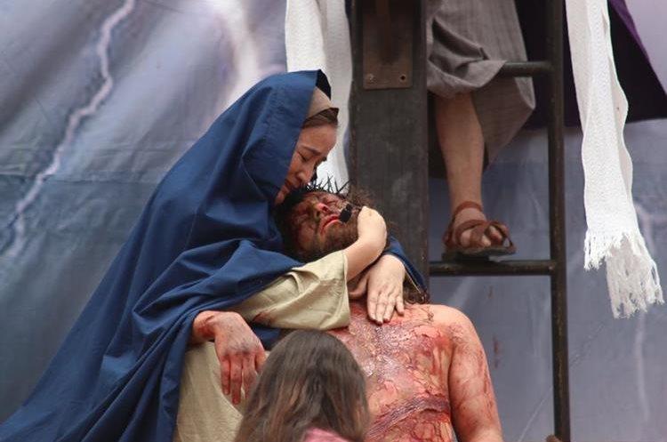 El llanto de la Virgen María por la muerte de Jesucristo, una de las escenas de la crucifixión.  (Foto Prensa Libre: Mike Castillo)
