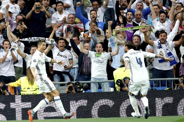 Cristiano Ronaldo celebra con Sergio Ramos uno de los goles contra el Atlético. (Foto Prensa Libre: AFP).