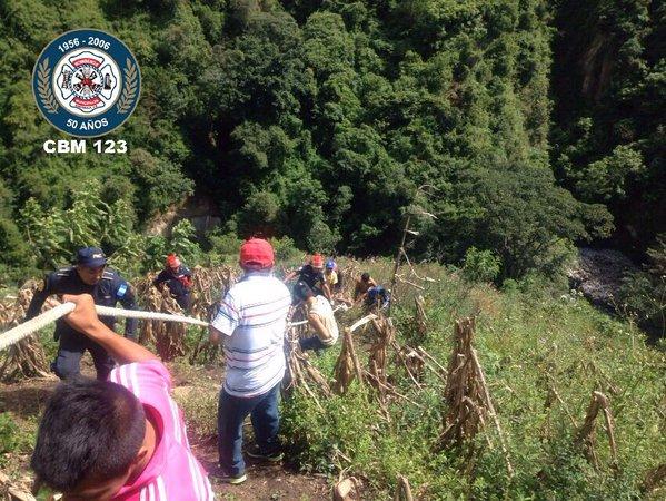 Vecinos colaboran con los Bomberos Municipales en el rescate de García del fondo del barranco. (Foto Prensa Libre: CBM)