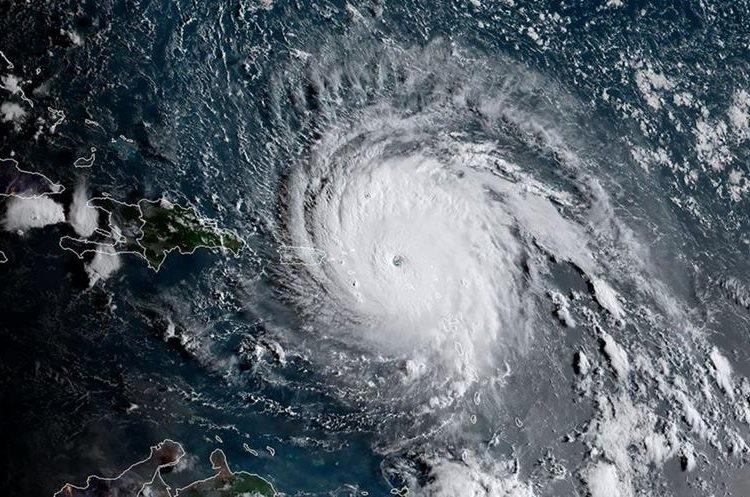 Fotografía de satélite de la La Administración Nacional Oceánica y Atmosférica (NOAA) muestra el huracán Irma el 6 de septiembre último. (Foto Prensa Libre: HemerotecaPL)