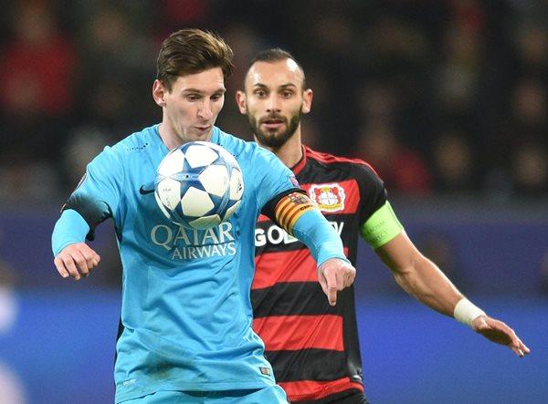 Omer Toprak, del Leverkusen, intenta despojar del esférico a Lionel Messi. (Foto Prensa Libre: AP)