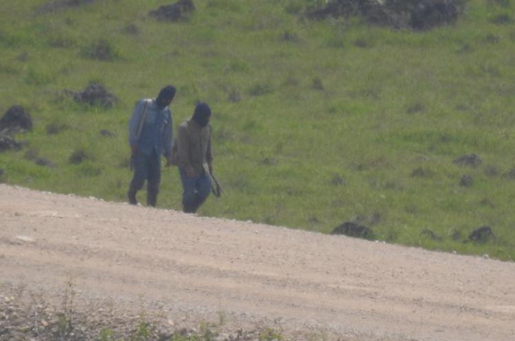 Los pobladores inconformes con la hidroeléctrica se desplazan armados por el área de conflicto. (Foto Prensa Libre).