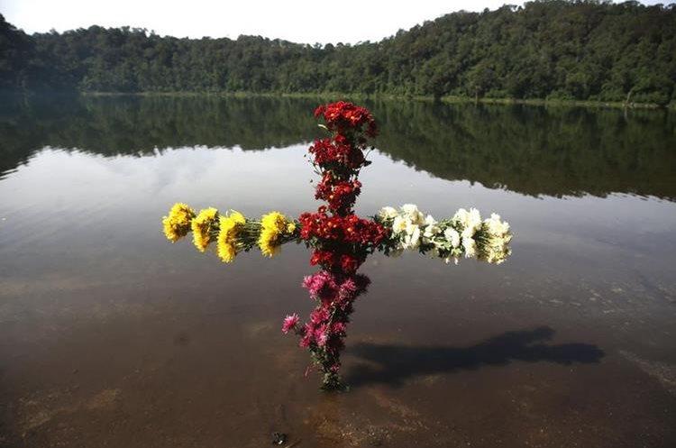 La bellísima Laguna de Chicabal se ubica en el cráter del volcán del mismo nombre, en Quetzaltenango. (Foto Prensa Libre: EFE)
