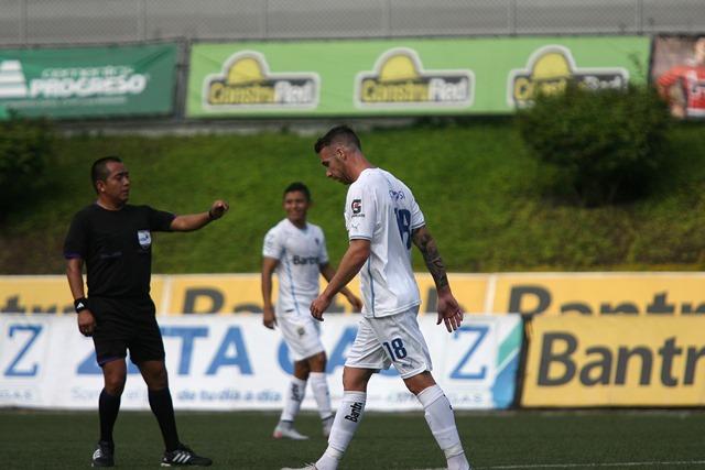 Emiliano López aún no se estrena como goleador con Comunicaciones (Foto Prensa Libre: Jesús Cuque)