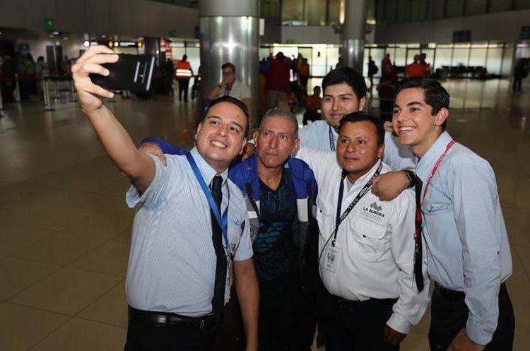 Los nuevos compañeros de Perebal aprovecharon para tomarse una foto con él. (Foto Prensa Libre: Érick Ávila)