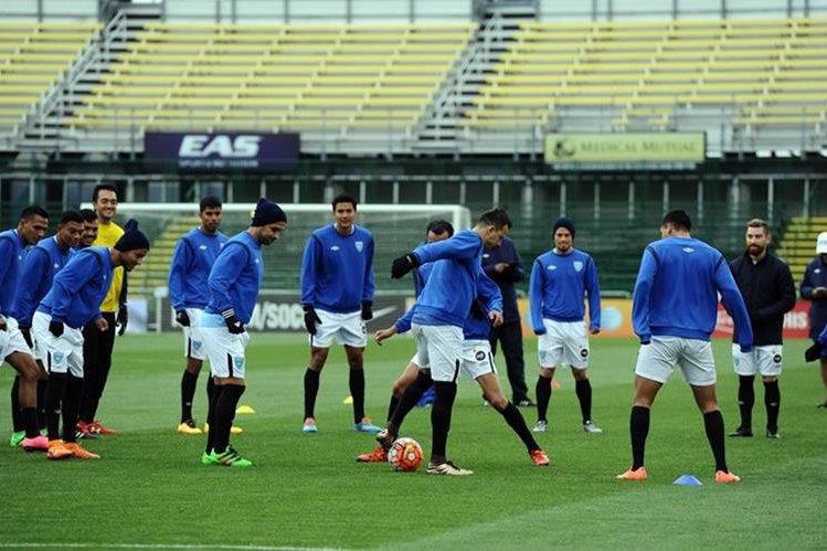 Los jugadores de la Selección Nacional en el reconocimiento de cancha del Mapfre Stadium sede del juego de esta tarde. (Foto Prensa Libre: Francisco Sánchez)
