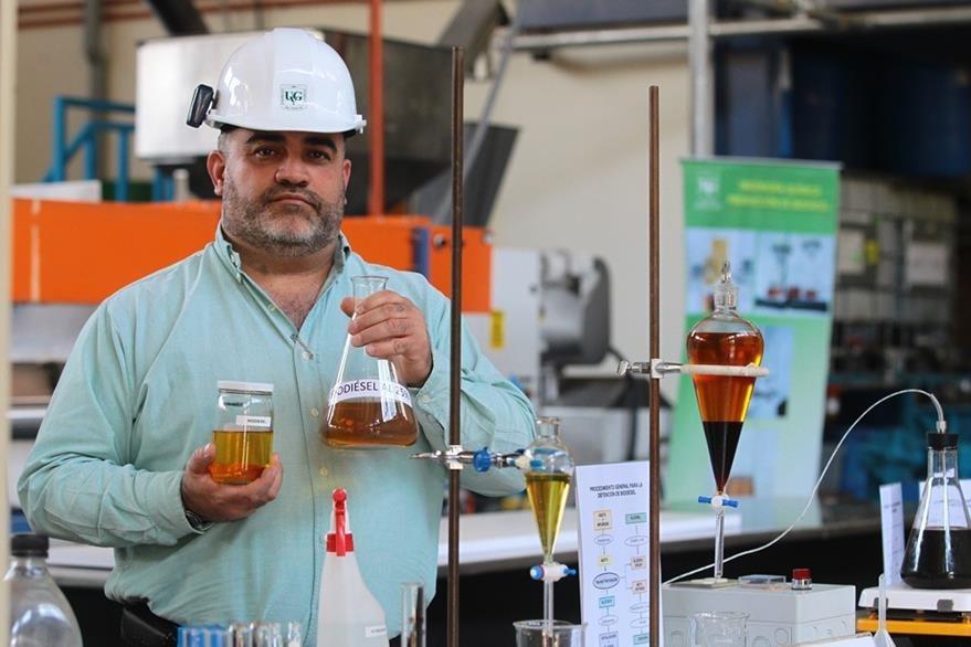 El ingeniero químico Gamaliel Zambrano, del departamento químico de la Universidad del Valle, realiza una descripción de la elaboración del biodiésel. (Foto Prensa Libre: Álvaro Interiano)