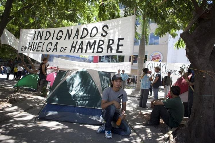 <em>Los autodenomiados Indignados han intensificado la presión al Gobierno de Honduras. (Foto Prensa Libre: EFE).</em>
