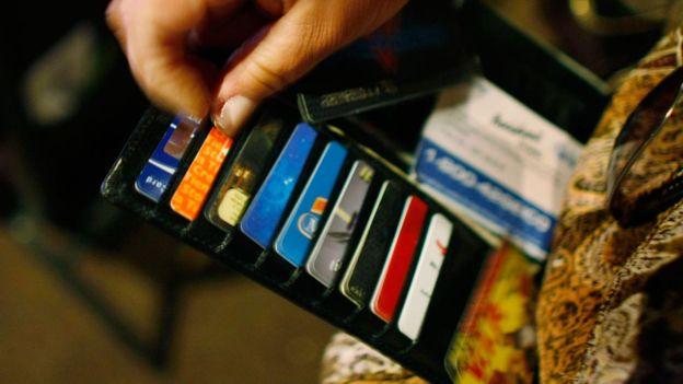 """Muchos desembolsamos más de lo que tenemos debido al efecto """"gasto sin fricción"""" de las tarjetas. GETTY IMAGES"""