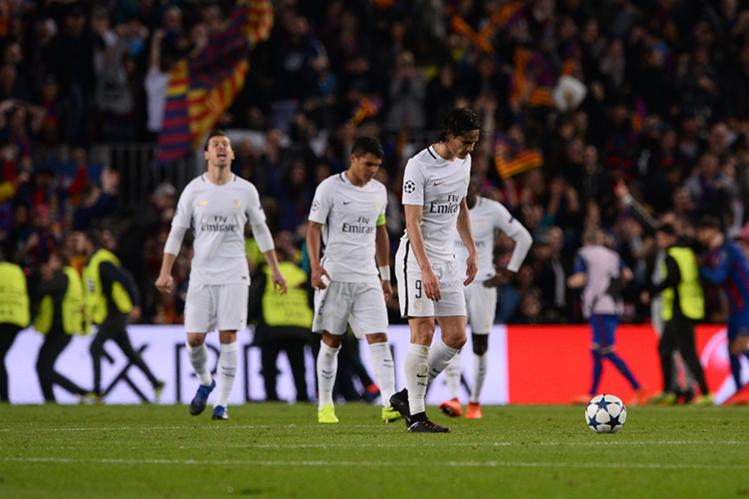 Los jugadores del París SG terminaron frustrados en la gramilla del Camp Nou tras la eliminación del Barcelona en la Champions. (Foto Prensa Libre: AFP)