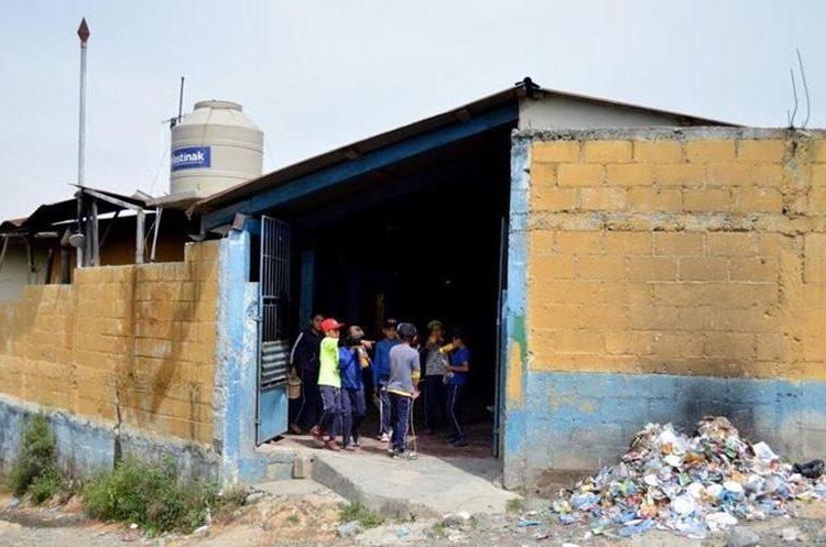 Maestros, padres de familia y estudiantes han hecho varias gestiones, pero autoridades de Educación no las han atendido. (Foto Prensa Libre: Mike Castillo)