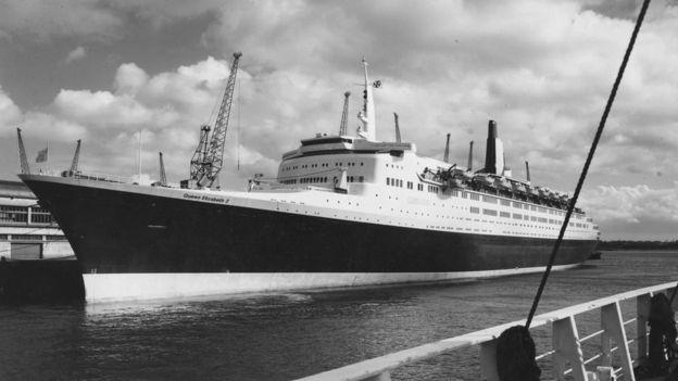 El QE2 viajaba desde Southampton, Reino Unido, hasta Nueva York, Estados Unidos.  PETER KING