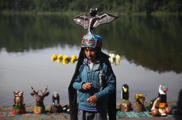 Este cráter volcánico es sagrado para los pobladores. En la laguna existen 37 altares mayas. (Foto Prensa Libre: EFE)