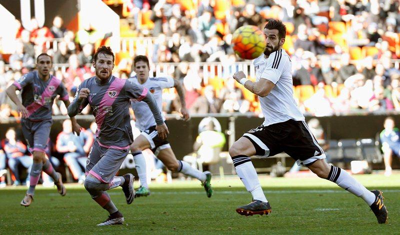 Negredo lucha por quedarse con el balón ante un Rayo que fue superior a su equipo. (Foto Prensa Libre: EFE)