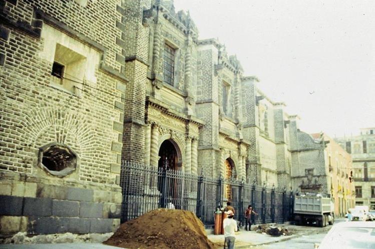 Fachada del templo Santa Teresa la Antigua, de la ciudad de México, en el que se venera al Señor Crucificado de Ixmiquilpan. FOTO PRENSA LIBRE: ELSA HERNÁNDEZ PONS.