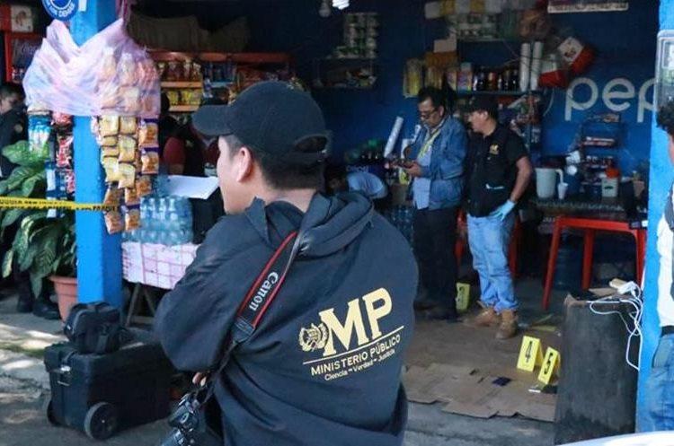 Fiscales del MP recaban evidencias en el lugar del decomiso. (Foto Prensa Libre: Cristian Soto)