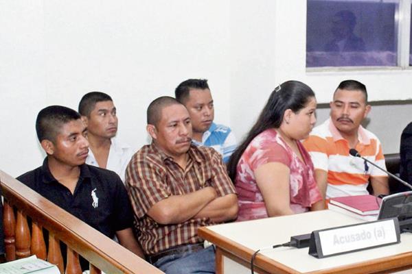 Los seis procesados, en el desarrollo del juicio en su contra por masacre ocurrida en aldea Aguamecate, San Pedro Pinula, Jalapa. (Foto Prensa Libre: Hugo Oliva)