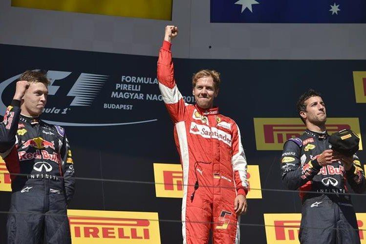 Vettel festeja en el podio junto a Daniil Kvyat y Daniel Ricciardo. (Foto Prensa Libre:AFP)