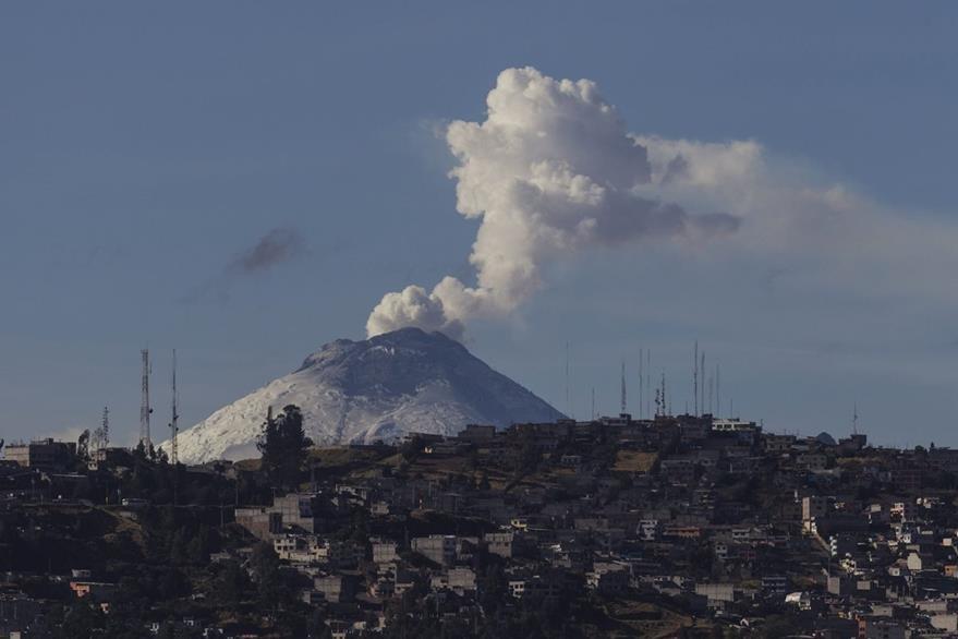 El volcán Cotopaxi, en Quito, Ecuador, ha mantenido actividad en los últimos días. (Foto Prensa Libre: EFE).