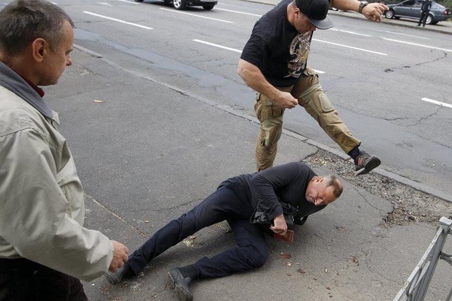 Un ucraniano golpea a un hombre ruso durante una protesta en Kiev. (Foto Prensa Libre: AFP)