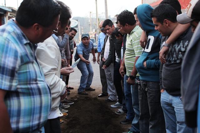 Este Viernes Santo varios vecinos se colocan en la calle de la Catedral, para disfrutar de un buen juego de taba. (Foto Prensa Libre: Aroldo Marroquín)