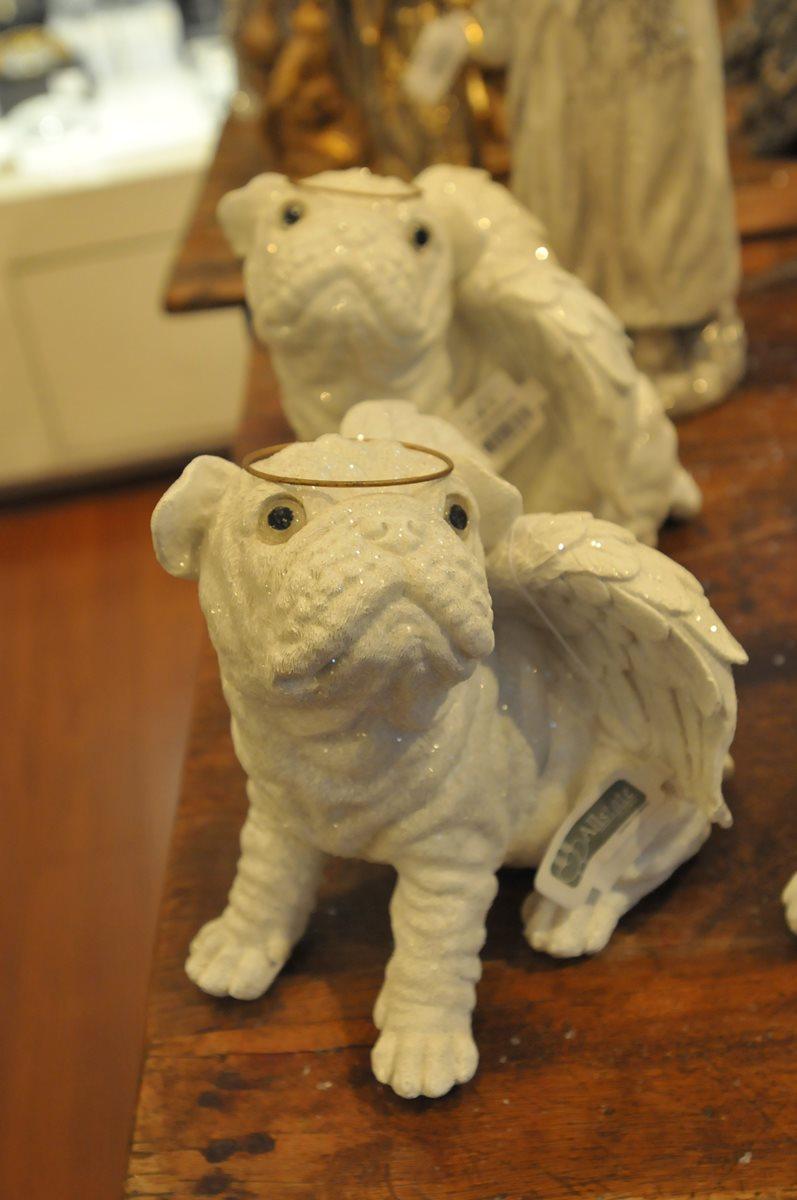 A quienes  les gustan  las mascotas pueden adornar su árbol con estos simpáticos bulldogs con alas y halo de angelito.