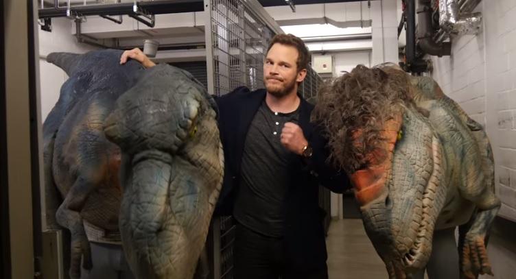 Chris Pratt junto a los dinosaurios que usaron para la broma. (Foto Prensa Libre: YouTube)