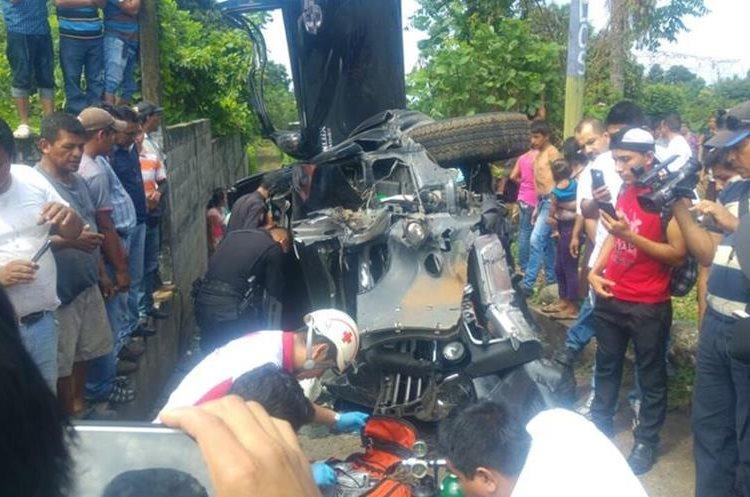 En el kilómetro 182 de la ruta a suroccidente quedó accidentado el picop que causó la muerte de dos personas. (Foto Prensa Libre: Rolando Miranda)
