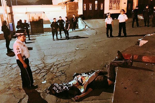Un presunto enfrentamiento entre las pandillas Salvatrucha y 18 dejó seis muertos en la Avenida Alta Verapaz, Chinautla. (Foto Prensa Libre: CBV)