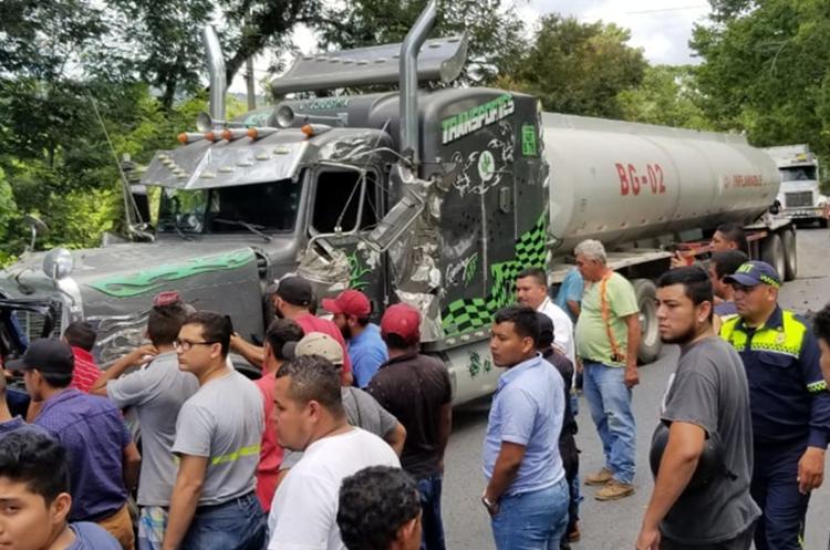 Según bomberos, algunos pasajeros heridos quedaron atrapados entre los restos del microbús. (Foto Prensa Libre: Dony Stewart).